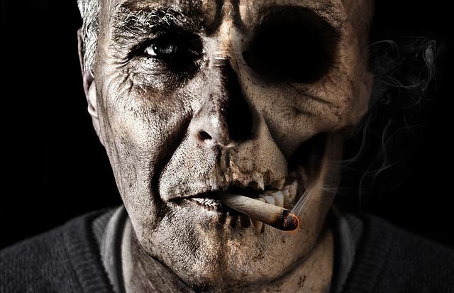 Muž, cigareta, lebka