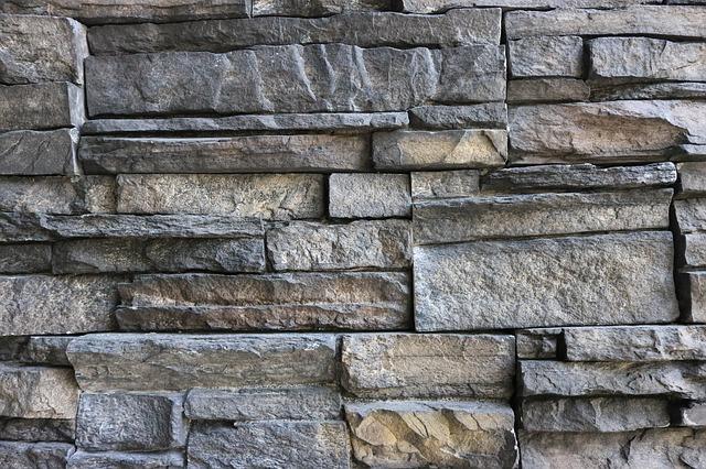 zeď ze štípaného kamene