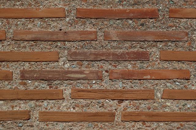 betonová zeď s kamenem